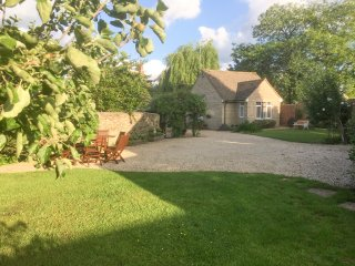 STRAW PADDOCK COTTAGE, character, lovely gardens, ideal for walking, in Cricklad