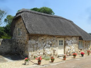 SHEEPWASH BARN, thatched cottage, pet-friendly, off road parking, patio, in Midd