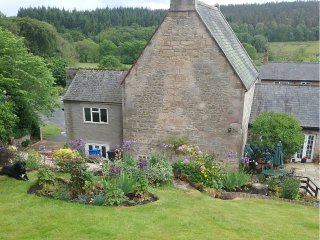 BONNY BARN, romantic cottage, pet-friendly, shared terrace, centre of village, R