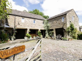 VALLEY VIEW first floor wing, character, WiFi, village location, in Burnsall, Re