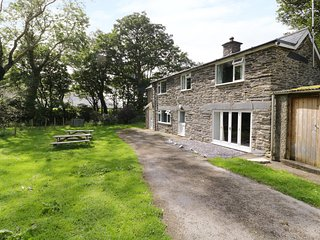 TY POPTY, woodburner, fenced garden by river, stables, on working farm near Aber