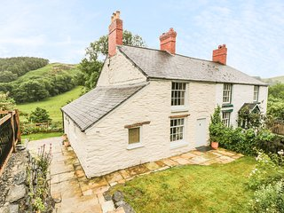RIVERSIDE COTTAGE, enclosed lawned garden, pet-friendly, close to pub