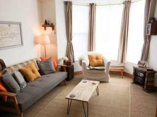 1 SUNSET APARTMENTS, ground floor, romantic retreat, WiFi, in Newquay, Ref 94860