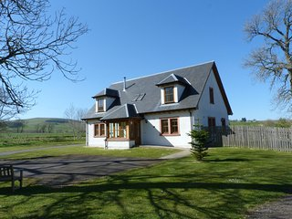 HOLLY HOUSE, woodburning stove, open plan,king size, en-suite, games room, Gleni