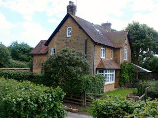 WINSMORE, detached, woodburner, open fire, pet-friendly, nr Stocklinch, Ref 9413