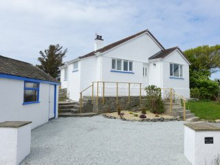 PEN Y GRAIG, detached, multi-fuel stove, access to beach and amenities in