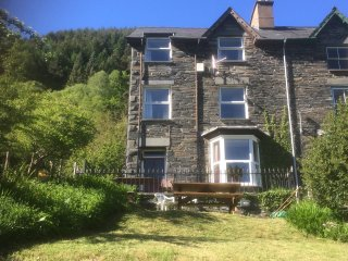 1 IS Y GRAIG, cosy apartment with views, courtyard, WiFi, Corris nr Machynlleth