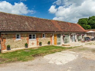 OXEN COTTAGE, pet-friendly, character holiday cottage, with an en-suite and gard