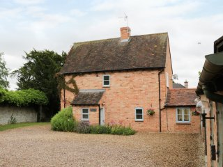 PEBWORTH COTTAGE, sleeps seven, woodburning stove, en-suite, king size, Pebworth