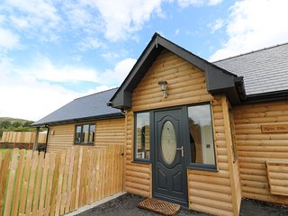 CABAN NANT DDU, ground floor lodge, hot tub, amazing views, Rhayader, Ref 934167