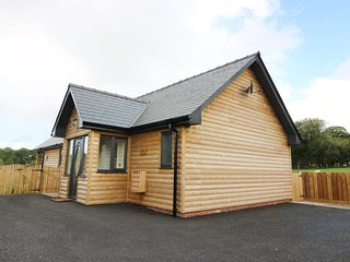CABAN DULAS, ground floor lodge, lovely countryside views, hot tub, Rhayader, Re