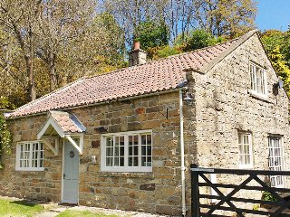 QUOITS COTTAGE, detached, woodburner, king-size bed, terraced garden with