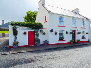 FLOWER POT COTTAGE, detached, enclosed patio, pet-friendly, shop and pub 1 min