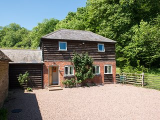 STABLE COTTAGE luxurious detached cottage, wood-fired hot tub, WiFi in Tenbury