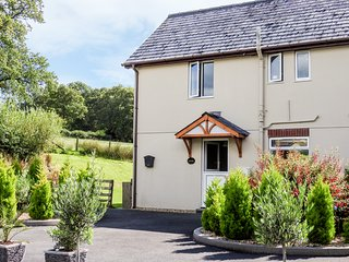 RED KITE COTTAGE, countryside views, lawned garden with patio, pet-friendly, Lla