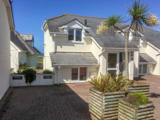 THE BEACH HOUSE, stunning beach views, balcony, close to local amenities