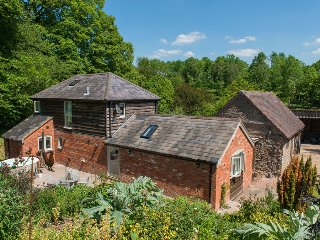 STABLE COTTAGE luxurious detached cottage, wood-fired hot tub, WiFi in Tenbury W