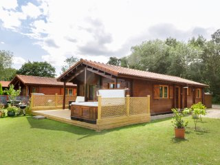 BITTERN LODGE, on holiday park, on-site facilities, private hot tub, parking, in