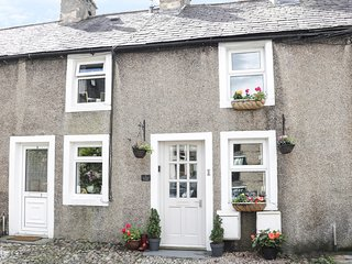 HONEYPOT COTTAGE, two bedrooms, ideal touring location, in High Bentham, Ref 929