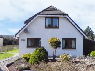 DRUMMOND COTTAGE, spacious cottage, woodburner, garden, in Grantown-on-Spey, Ref