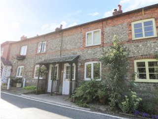 APPLE TREE COTTAGE, terraced, woodburner, WiFi, pet-friendly, enclosed patio, in