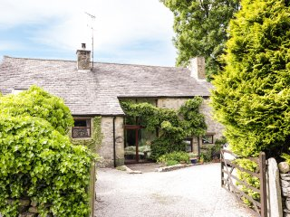 HAWORTH BARN, character cotatge, pet-friendly, Jacuzzi bath, enclosed garden