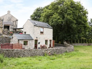 WOODCROFT BARN, detached barn conversion, romantic, WiFi, rural views, in Bradwe