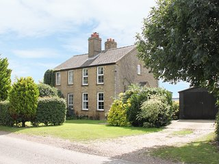 HAWTHORN COTTAGE, character holiday home, open fire, pet-friendly, WiFi, country