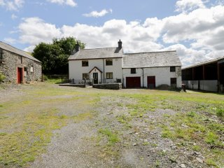 MAERDY COTTAGE detached farmhouse, high standard, woodburning stove, WiFi, Corwe