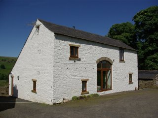 WELLHOPE VIEW COTTAGE, woodburner, open plan living, valley views, pet-friendly