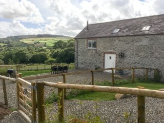 YSGUBOR - THE BARN, bright, spacious and modern, WiFi, pet friendly, woodburner,