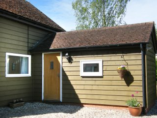 PAINTER'S COTTAGE, detached timber clad barn conversion, king-size bed, WiFi