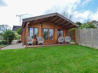PENNYLANDS HILL VIEW LODGE, romantic, character holiday cottage, garden with fur