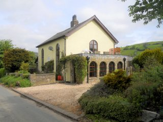 RHULEN OLD CHAPEL, detached, original features, open fire, WiFi, near Painscastl