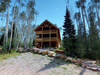 Mountain Retreat w/ 8 bed Lodge + 3 cabins, pavilion, & lake