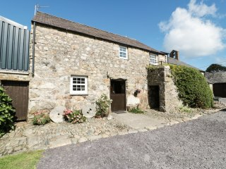 STABLE 2, family friendly, country holiday cottage, with a garden in Llanbedrog,