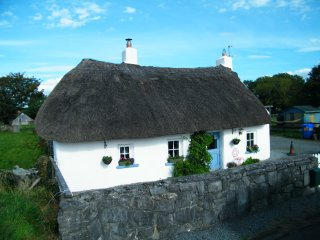Original Irish Thatched cottage, Summer and Winter breaks. Great location.