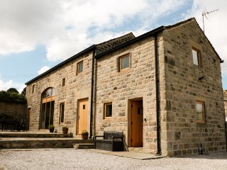 STONEYCROFT BARN, luxury holiday cottage, with a garden in Midhopestones, Ref