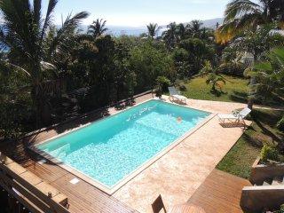 pour des vacances inoubliables, piscine,jardin tropical à l'ile de la Réunion
