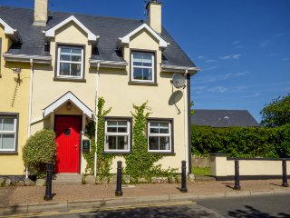 NO 17 MOUNTAIN DALE , pet friendly, with a garden in Bundoran, County Donegal