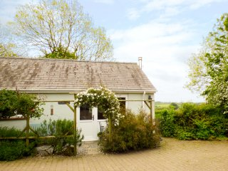 THE DUCK HOUSE, pet friendly, country holiday cottage, with a garden in Wolfscas
