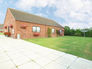 POUND COTTAGE, pet friendly, country holiday cottage, with a garden in Riccall