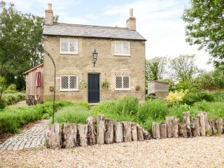 SHORTMEAD COTTAGE, Victorian farm cottage, double-ended bath, multi-fuel stove