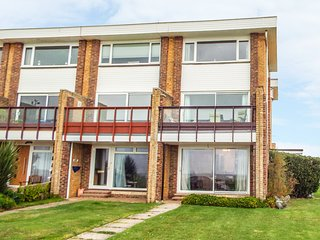 11 BROAD STRAND, balcony, close to the beach, seaside views, in Rustington