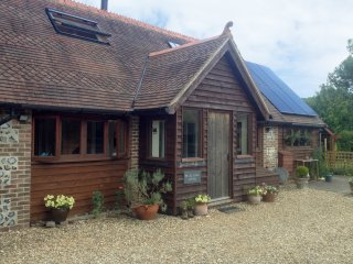 THE OLD SCHOOL COTTAGE, woodburner, off road parking, shared garden, in Dorchest