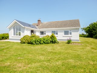 MAGGI ROE'S, detached bungalow, open fire, lawned gardens, pet friendly, in Feth