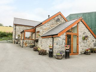 PENDRE UCHAF, pet-friendly, lovely views, enclosed garden, near Ruthin, Ref. 176
