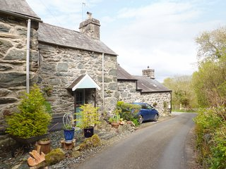 BRYN HYFRYD BACH, romantic, character holiday cottage, with open fire in Llanbed