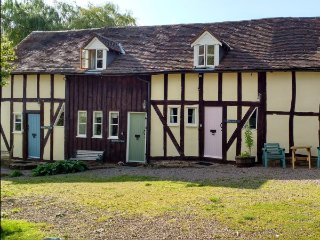 WILLOW COTTAGE, barn conversion with shared gardens, in Great Malvern Ref 16139