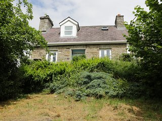 BRYNABER, cottage with open fire, original quarry tile floor, large deck with fu